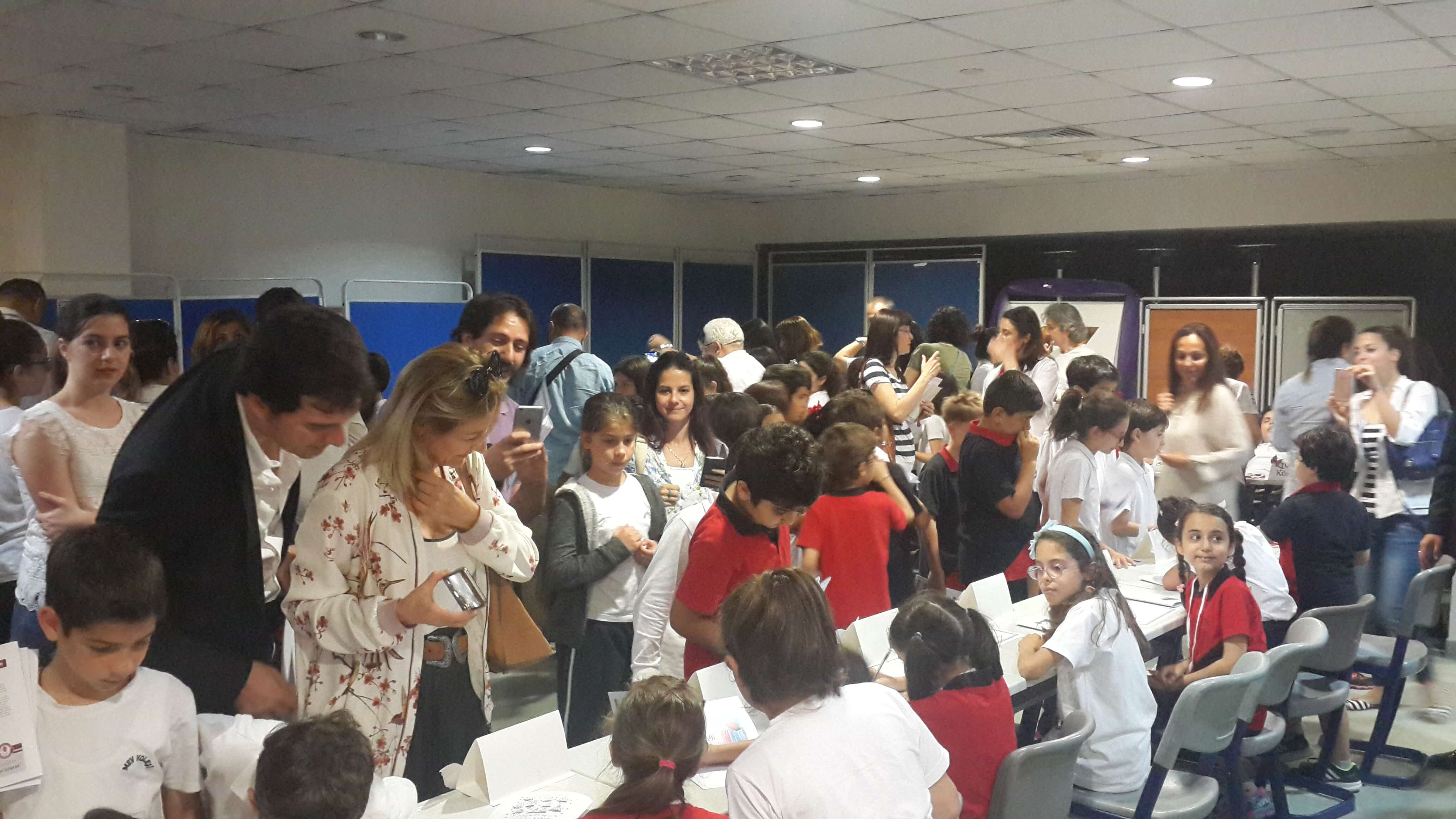 Küçük Yazarlar Kitaplarını İmzaladı