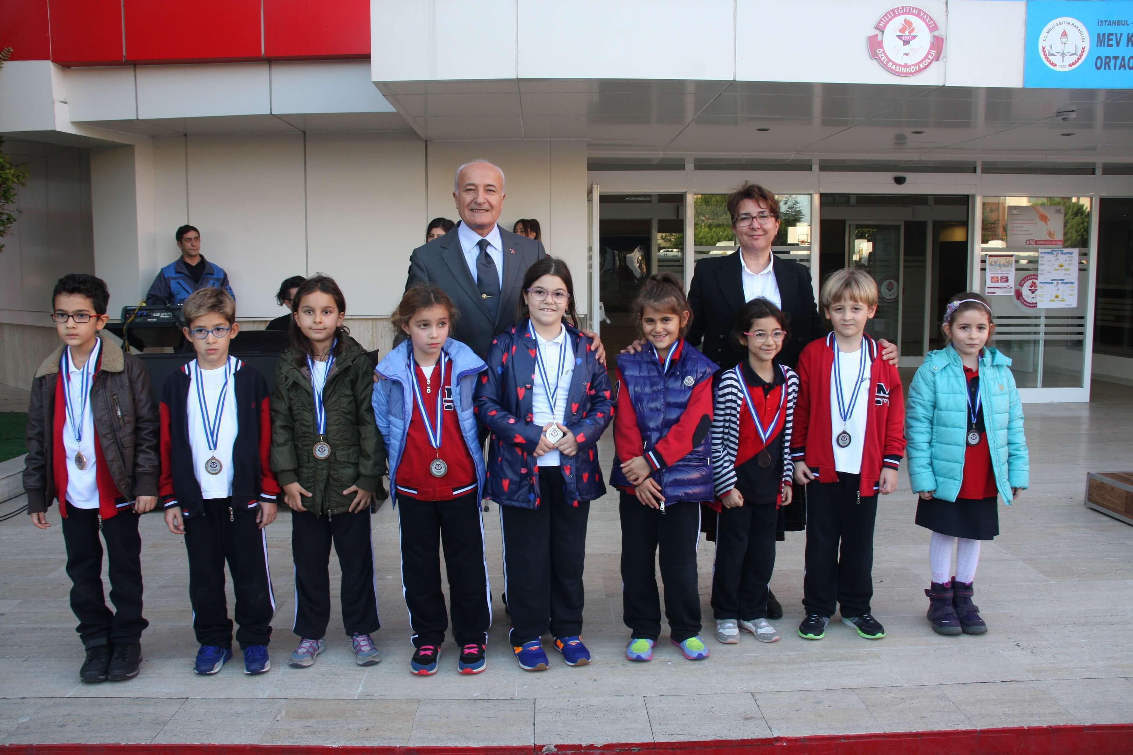 Kitap Okuma Projesinde Dereceye Giren Öğrencilerimiz Madalyalarını Törenle Aldı