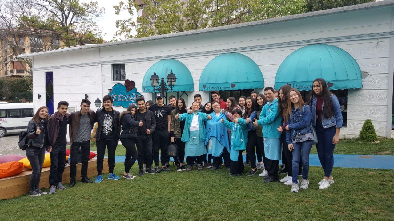 Okulumuz Sosyal Yardımlaşma ve Dayanışma Kulübü Öğrencileri Tebessüm Kafe'yi Ziyaret Etti