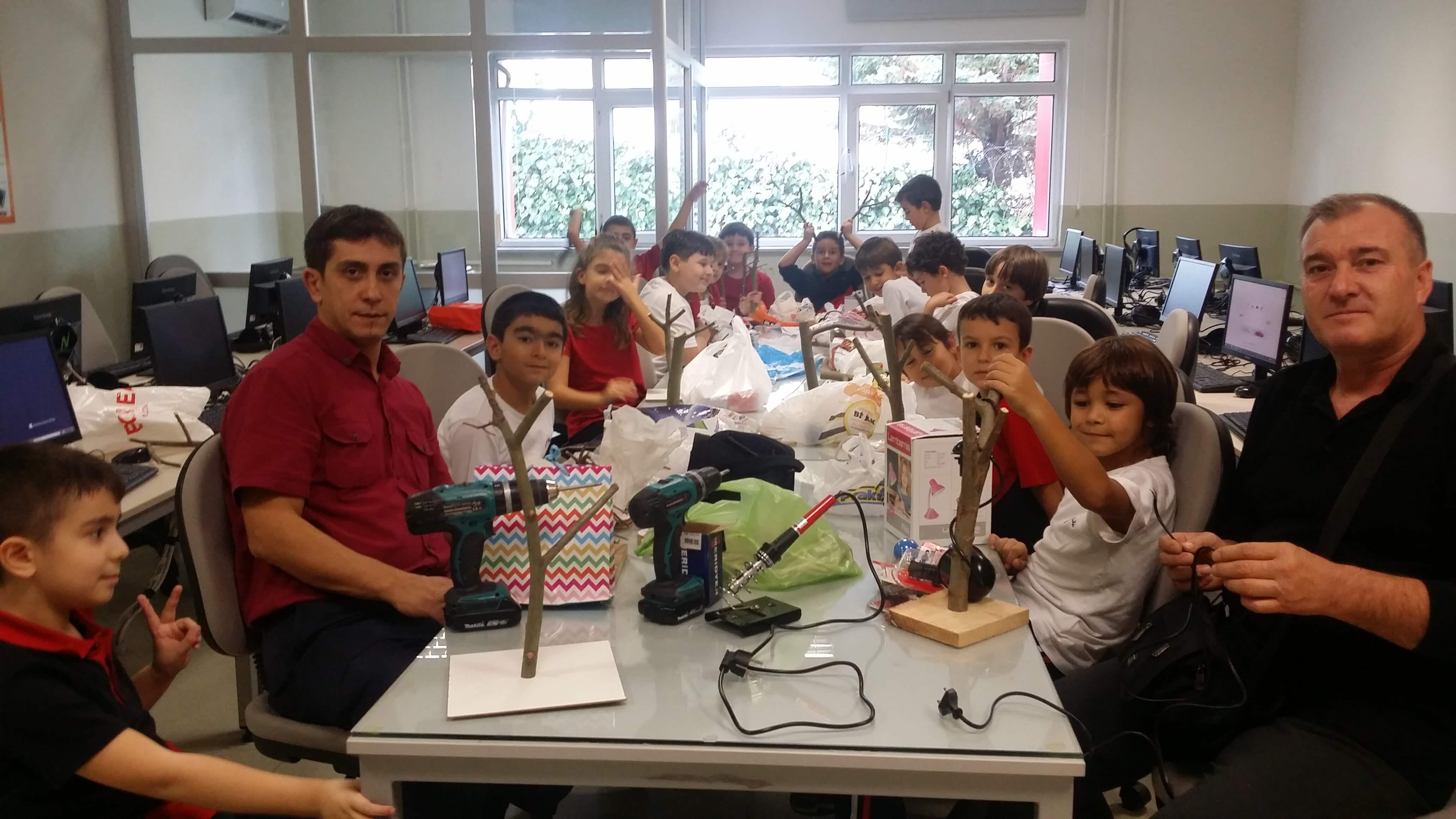 Maker Kulübü Öğrencilerimiz Araba ve Masa Lambası Yaptılar