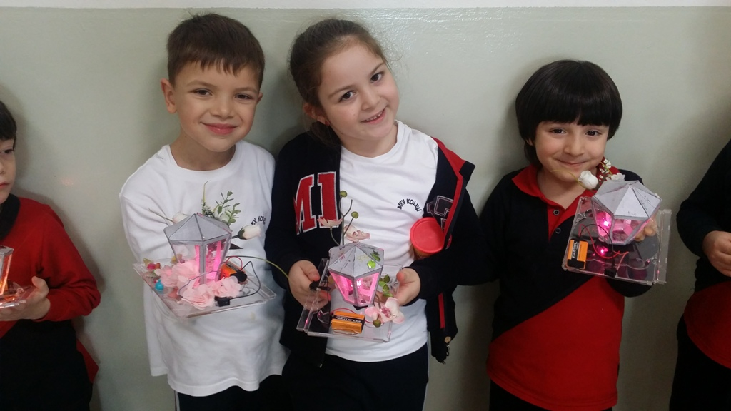 Maker Kulübü Öğrencilerimiz Masa Lambası ve Işıklı Pano Tasarladı