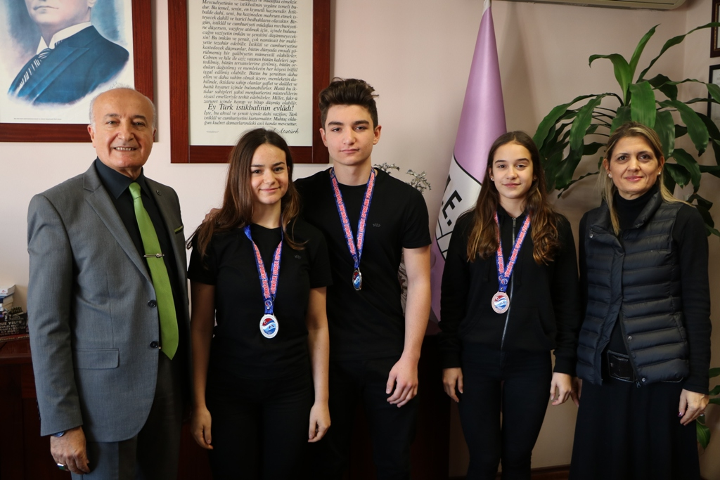 Paletli Yüzme Kış Kupası'nda Üç Öğrencimiz Türkiye Derecesi Aldı
